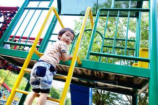 遊具で遊ぶ子どもの写真・画像素材[1205867]