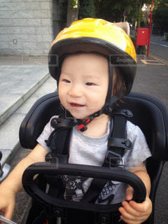ヘルメットをかぶった小さな男の子の写真・画像素材[1205911]
