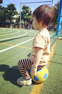 サッカーボールに触る男の子の写真・画像素材[1205917]