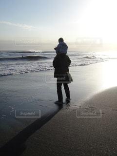 ビーチで肩車の写真・画像素材[1213016]