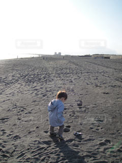 ビーチを歩く男の子の写真・画像素材[1213587]