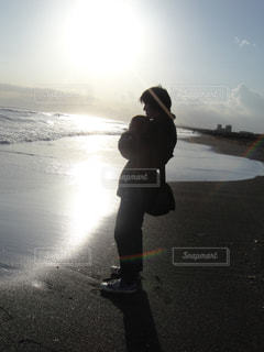 海辺で抱っこの写真・画像素材[1213592]
