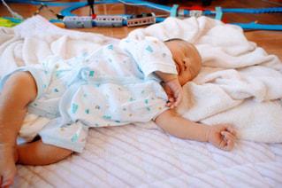 ベッドで眠っている赤ちゃんの写真・画像素材[1322675]