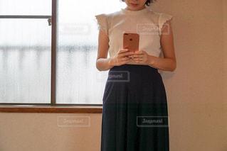 スマホでメールする女性の写真・画像素材[1486541]