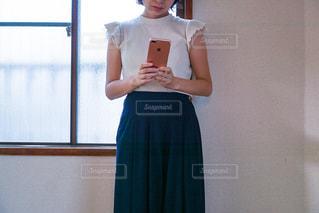スマホでメールを打つ女性の写真・画像素材[1486564]
