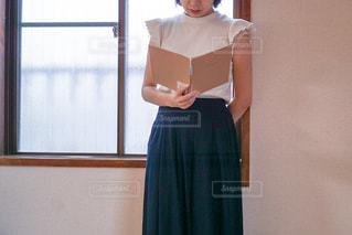 ノートを読む女性の写真・画像素材[1486570]