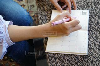 手帳を書く女性の写真・画像素材[1543304]