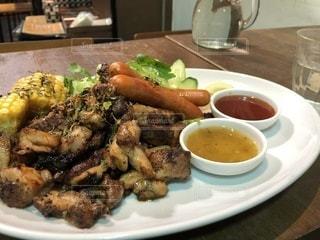 テーブルの上に食べ物のプレート - No.1101625