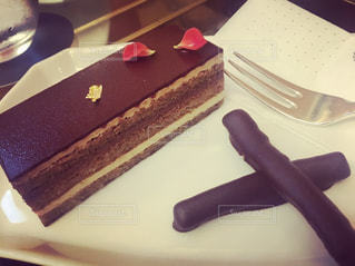 皿にチョコレート ケーキの写真・画像素材[1101765]
