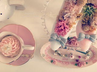 テーブルにバースデー ケーキのプレートの写真・画像素材[1101773]