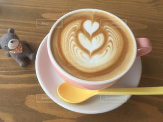テーブルの上のコーヒー カップの写真・画像素材[1211099]