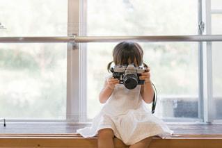 小さなカメラ女子の写真・画像素材[1400677]