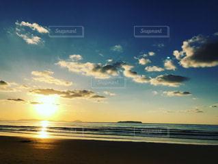 海に沈む夕陽の写真・画像素材[1102123]