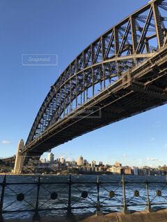 水の体の上を橋を渡る列車の写真・画像素材[1114162]
