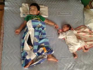 兄と妹  3歳と0歳の写真・画像素材[1114177]