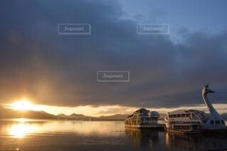 水から出た朝日の写真・画像素材[3764288]