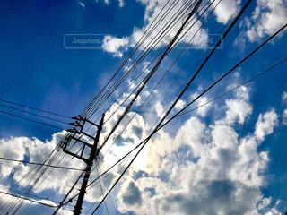 電線と青空と白い雲の写真・画像素材[1116531]