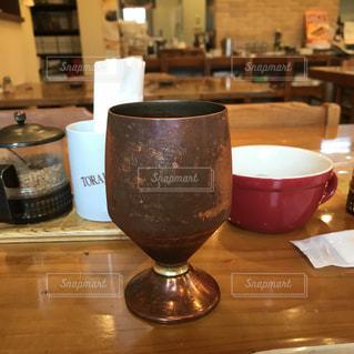 喫茶店の金属製のカップ。の写真・画像素材[1149853]