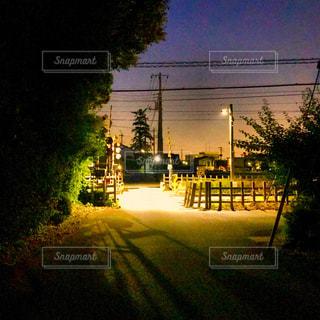 夜の踏切の写真・画像素材[1219800]