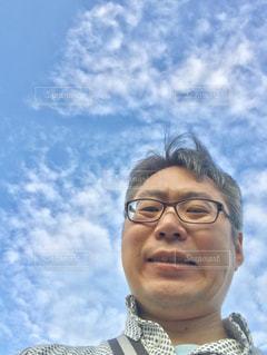 青空の下の笑顔の男。の写真・画像素材[2420275]