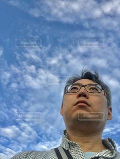 青空の下の男。の写真・画像素材[2420278]