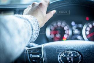 車のハンドルを握るドライブの写真・画像素材[1102339]
