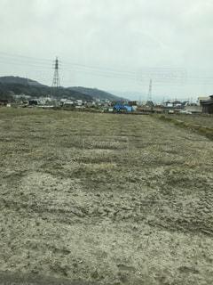 近くに乾いた草のフィールドのの写真・画像素材[1102436]