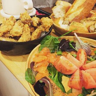 テーブルの上に食べ物の束の写真・画像素材[1102495]