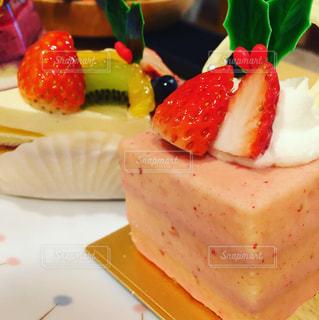 皿の上のケーキのスライスの写真・画像素材[1102497]