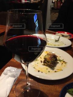 赤ワインで乾杯の写真・画像素材[1103396]