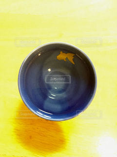 金魚の泳ぐお猪口の写真・画像素材[1115666]