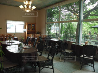 ダイニング ルームの家具と大きな窓いっぱいの写真・画像素材[1102655]