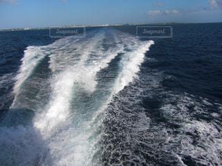 海で波に乗っている男の写真・画像素材[1103032]