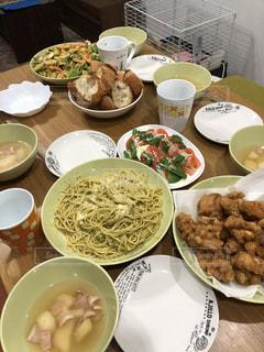 テーブルな皿の上に食べ物の種類をトッピング - No.1119191