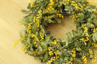 テーブルの黄色い花の写真・画像素材[1152208]