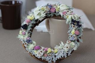花のリースとコップの写真・画像素材[1152212]