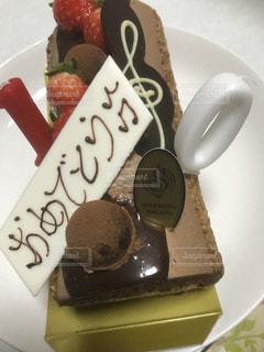 皿にチョコレート ケーキの写真・画像素材[1103232]