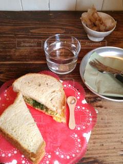 テーブルな皿にサンドイッチをトッピングの写真・画像素材[1134419]