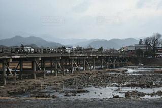 渡月橋を渡る人々の写真・画像素材[1103470]