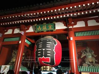 建物の前に大きな赤い椅子の写真・画像素材[1115141]