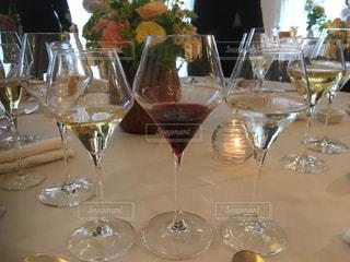 ワイングラスを持つテーブルの写真・画像素材[1118007]