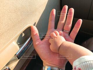 赤ちゃんの手と大人の手の写真・画像素材[4547230]
