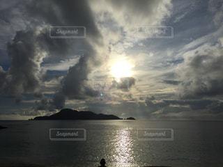 水体の上空で雲のグループの写真・画像素材[1106068]
