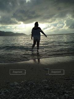 海の砂浜に立っている人の写真・画像素材[1147369]