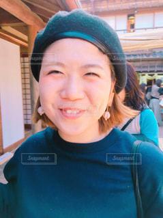ベレー帽をかぶった笑顔の人の写真・画像素材[1103767]