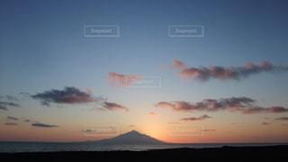 夕暮れどきの利尻富士の写真・画像素材[1105740]