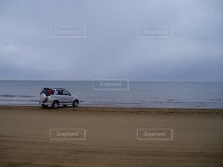 砂浜と車の写真・画像素材[1106074]