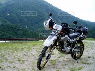 山とバイクの写真・画像素材[1106087]