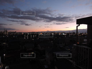 夕暮れ時の都市の景色の写真・画像素材[1108161]