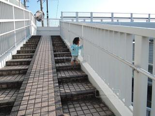 歩道橋と子供の写真・画像素材[1108173]